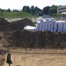 Das Grundstück ist planiert, das erste Dämm-Material geliefert (23.07.2012)