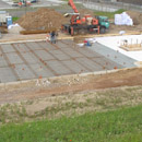 Das Fundament, eingeschalt und mit wasserdichter Plane ausgelegt (02.08.2012)
