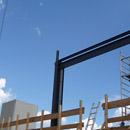 Die ersten Stahlträger sind montiert (19.09.2012)